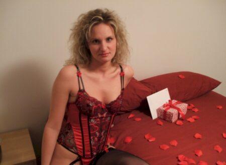 Femme adultère soumise pour amant directif de temps en temps libre